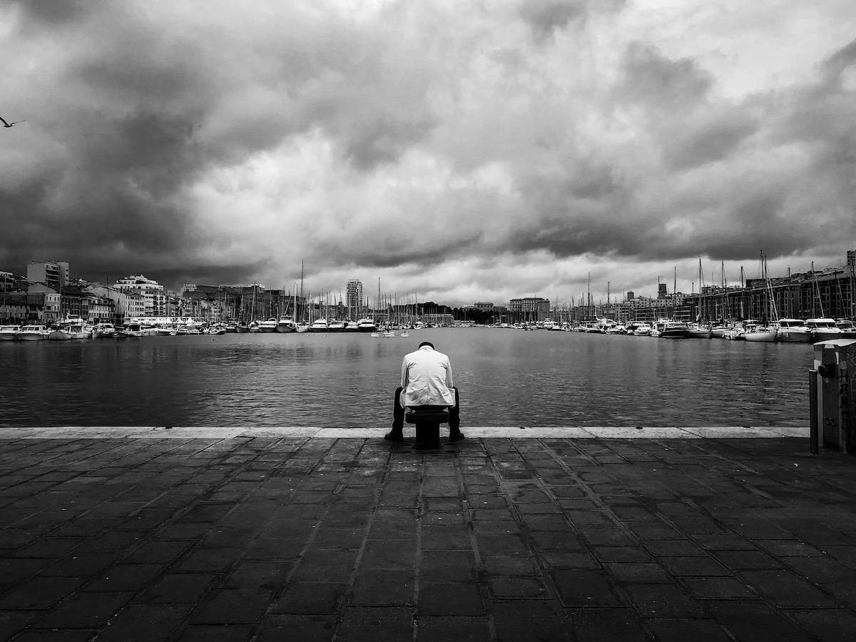Photo en noir et blanc - Benoit Rousseau - Seul au Vieux Port